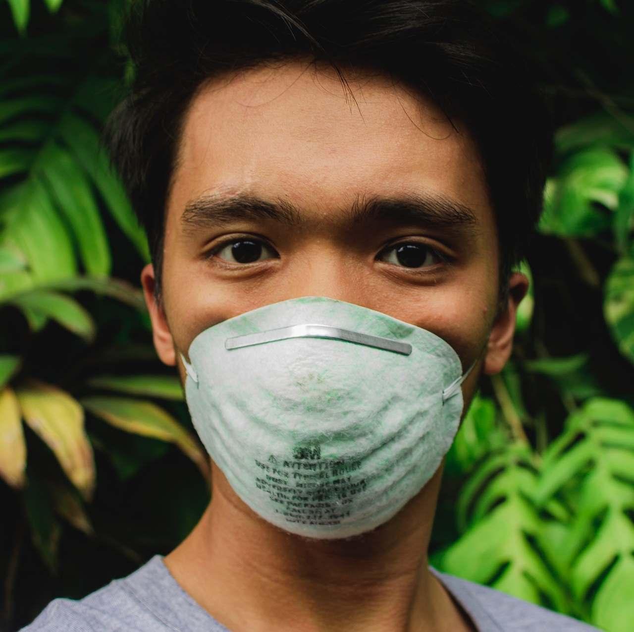 Corona Virus_Mann mit Atemmaske