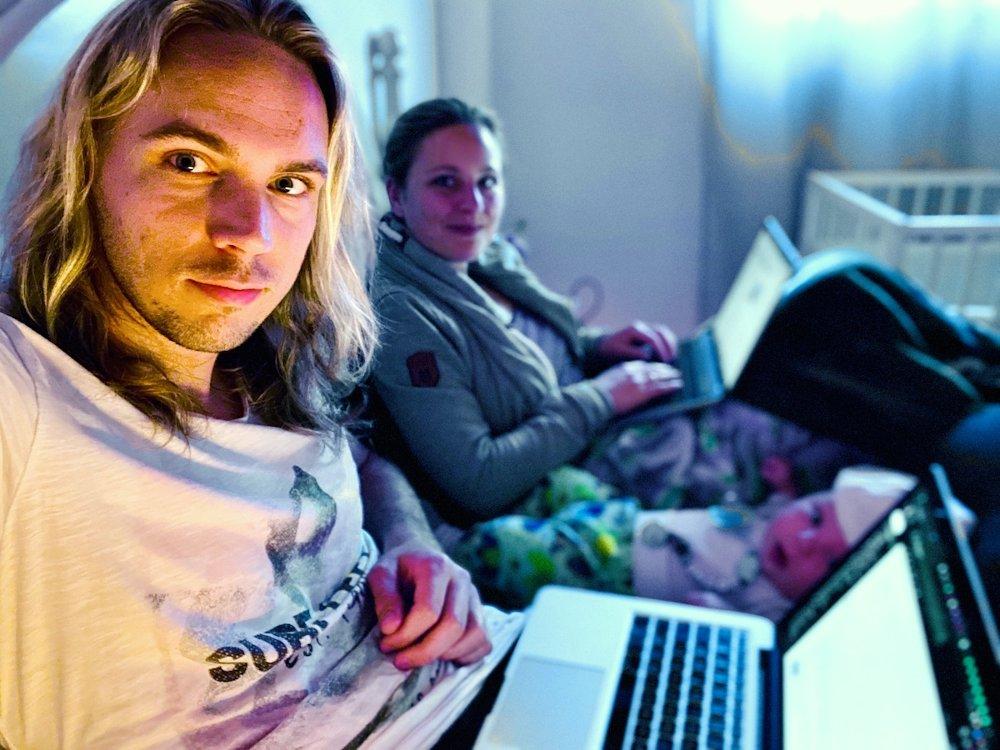 Christian und Jenny arbeiten als Digitale Nomaden im Schlafzimmer ihres Sohnes Louis