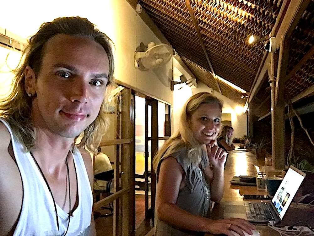 Jenny und Christian als Digitale Nomaden bei der Arbeit im Dojo Coworking Space auf Bali